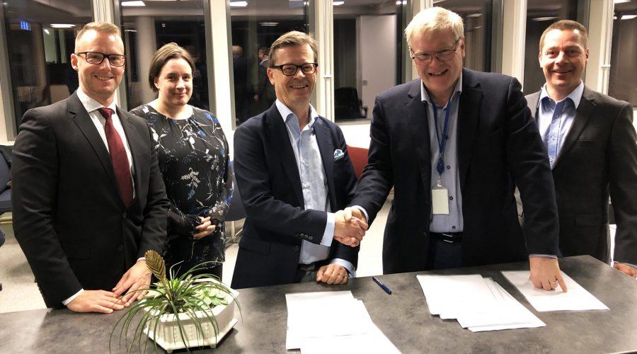 NND og AINS Group signerte samarbeidsavtale i NNDs lokaler i Halden 20. januar. Fra venstre: Toivo Wanne (BGE TEC), Suvi Karvonen (VTT), Tmo Saanio (AINS), Pål Mikkelsen, direktør i NND og Antti Ikonen (AINS). Foto: NND/Nils Bøhmer